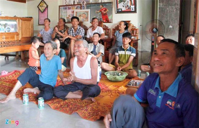 Cha me Cong Phuong mua tivi 65 inch de hang xom den xem SEA Games hinh anh 3