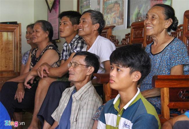 Cha me Cong Phuong mua tivi 65 inch de hang xom den xem SEA Games hinh anh 4