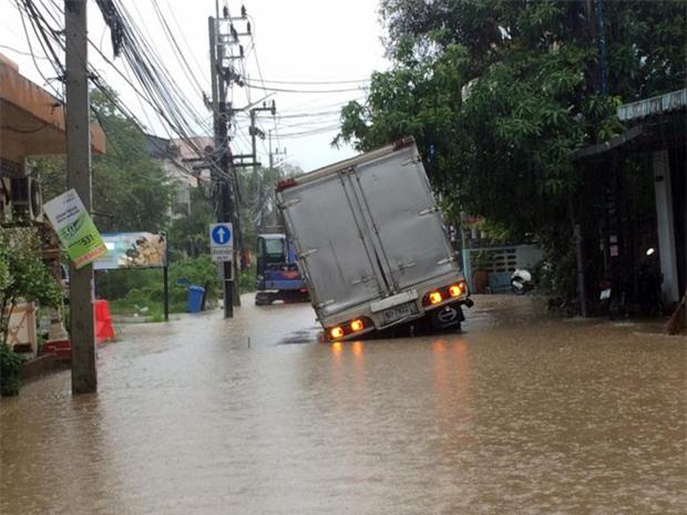 Phuket ngập nặng, nhiều phương tiện phải ngâm mình trong biển nước - Ảnh 3.