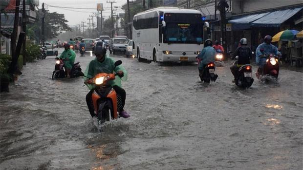 Phuket ngập nặng, nhiều phương tiện phải ngâm mình trong biển nước - Ảnh 4.