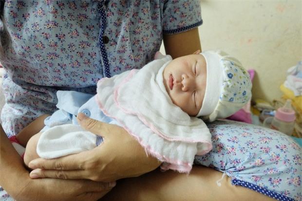 Bé gái hơn 10 ngày tuổi bị bỏ rơi ở Hà Nội và lá thư đẫm nước mắt của người mẹ - Ảnh 4.