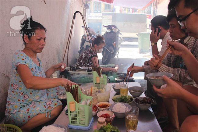 4 quán ăn có giờ mở cửa dị nhưng lúc nào cũng đông khách Hà Nội - Ảnh 1.