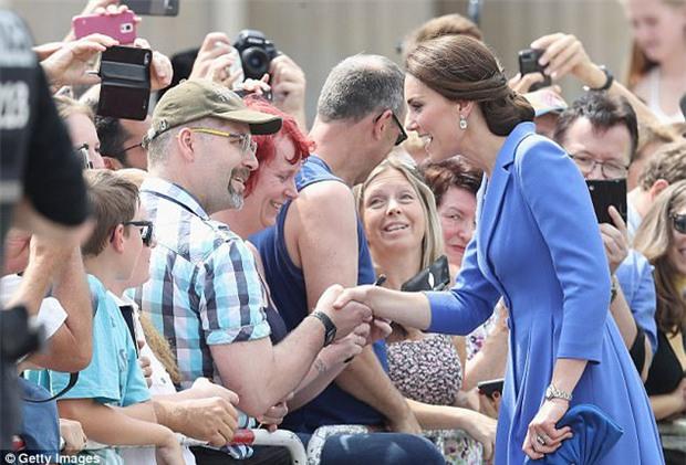 Công nương Kate có thể bắt tay, chụp ảnh selfie nhưng không bao giờ được làm điều này tại nơi công cộng - Ảnh 1.