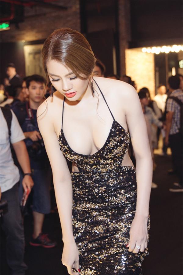 Linh Chi sexy từ phong cách đời thường đến thời trang thảm đỏ-11