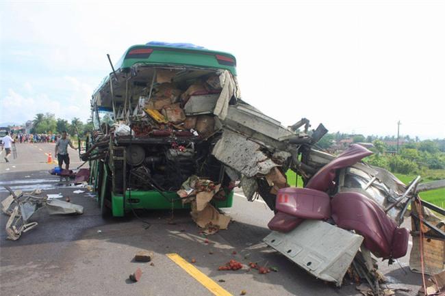 5 người chết thảm trong vụ xe đầu kéo tông trực diện xe khách - Ảnh 1.