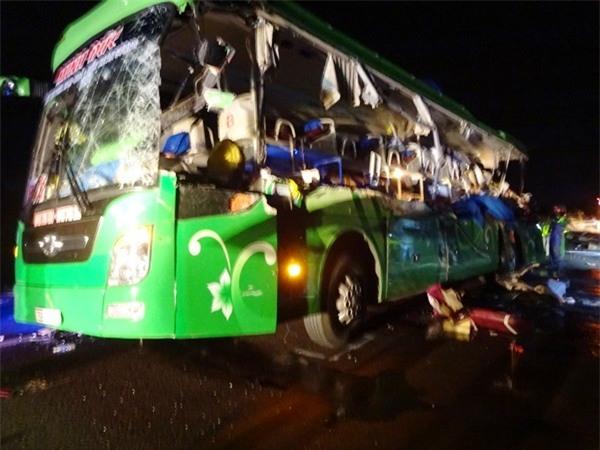 5 người chết thảm trong vụ xe đầu kéo tông trực diện xe khách - Ảnh 2.