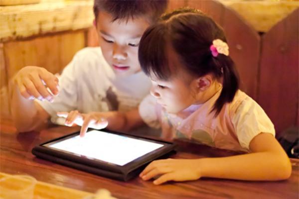 Dỗ con bằng điện thoại, ipad: Cái kết đắng và cảnh báo của bác sĩ bố mẹ cần biết ngay! - Ảnh 2.