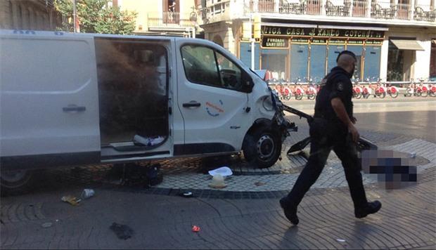 Video: Người dân hoảng loạn sau vụ lao xe khiến ít nhất 13 người thiệt mạng tại Barcelona - Ảnh 4.