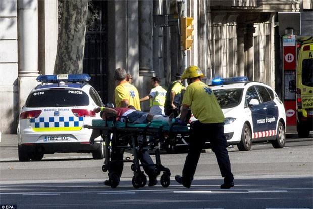 Video: Người dân hoảng loạn sau vụ lao xe khiến ít nhất 13 người thiệt mạng tại Barcelona - Ảnh 5.