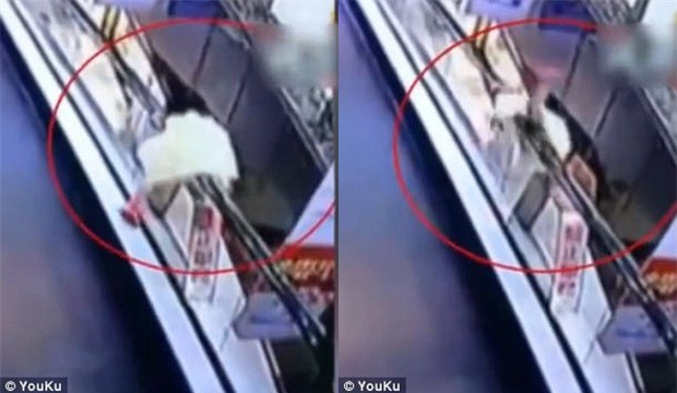 Bé gái 3 tuổi bị thương nặng vì ngã từ trên cao 4m xuống sau khi tự trèo lên tay vịn thang cuốn chơi - Ảnh 2.