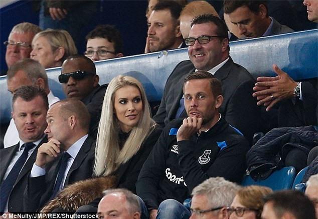 Ban hop dong ky luc cua Everton ra mat cung ban gai hinh anh 1
