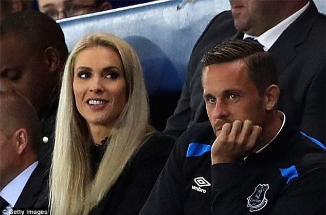 Ban hop dong ky luc cua Everton ra mat cung ban gai hinh anh 2