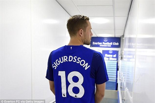 Ban hop dong ky luc cua Everton ra mat cung ban gai hinh anh 6