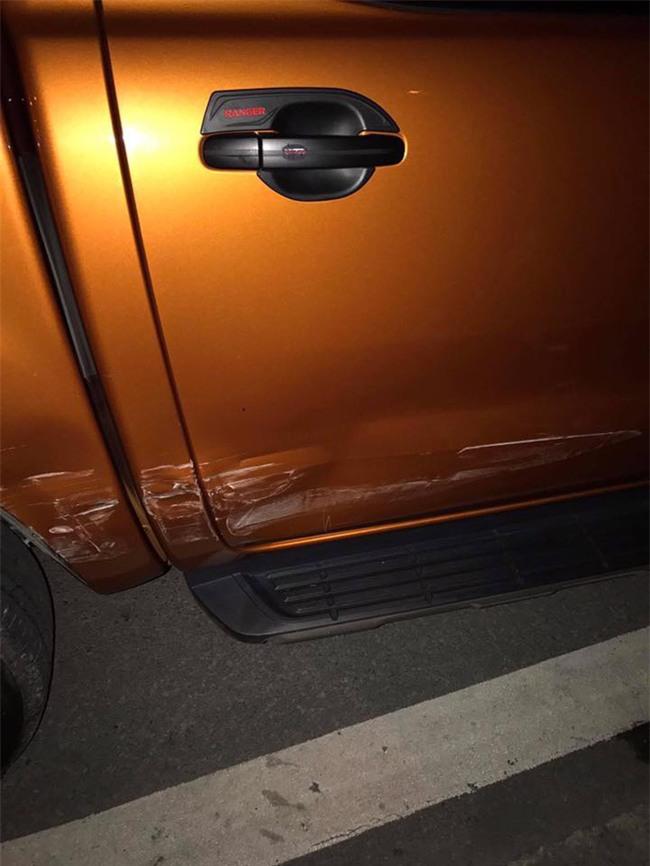 Bị va quệt xước xe, nhưng chủ xe không thể giận vì một mảnh giấy để lại  - Ảnh 2.