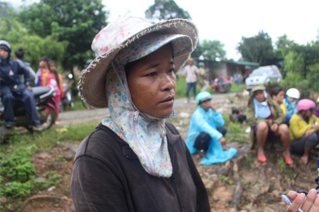 Nổ bom thảm khốc ở Khánh Hòa: Nước mắt hòa nước mưa đưa tiễn - Ảnh 1.