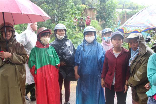 Nổ bom thảm khốc ở Khánh Hòa: Nước mắt hòa nước mưa đưa tiễn - Ảnh 2.