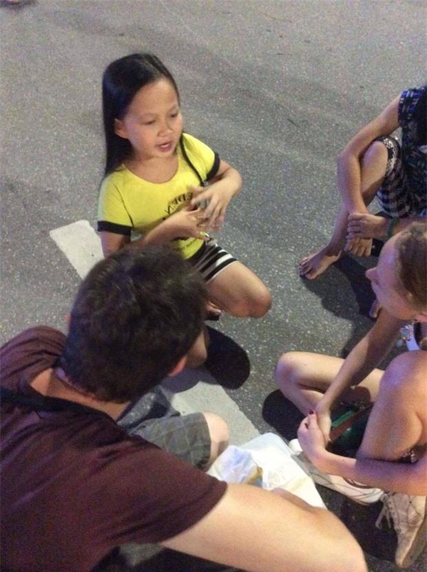 Clip: Bé gái xinh xắn dạy tiếng Việt cho du khách nước ngoài thu hút người dân ở phố đi bộ Hồ Gươm - Ảnh 2.