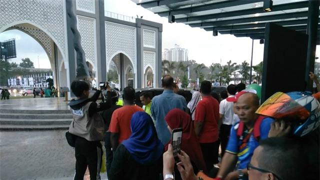 Quang cảnh bên ngoài sân Bukit Jalil khá gọn gàng dù lễ khai mạc chỉ còn chưa đầy 1 giờ nữa sẽ diễn ra