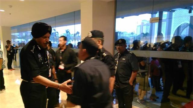Nhân viên an ninh làm việc trước sân Bukit Jalill, ảnh: Q.H