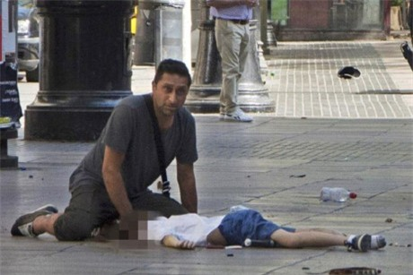 Cả thế giới xót thương khi cảnh sát xác nhận cậu bé 7 tuổi người Anh mất tích đã chết trong vụ khủng bố Barcelona - Ảnh 3.