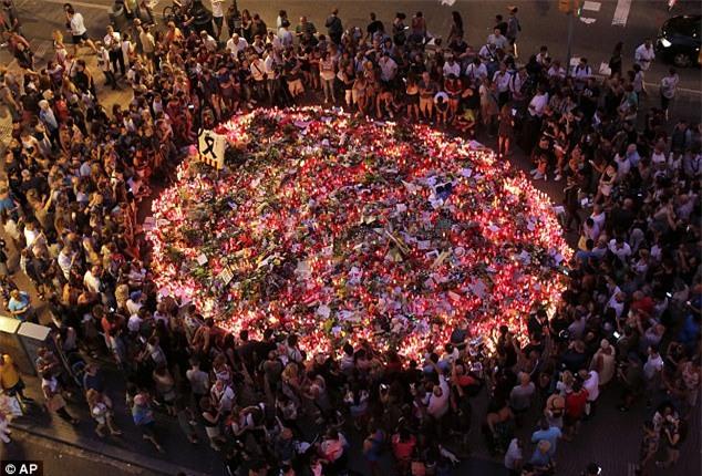 Cả thế giới xót thương khi cảnh sát xác nhận cậu bé 7 tuổi người Anh mất tích đã chết trong vụ khủng bố Barcelona - Ảnh 5.
