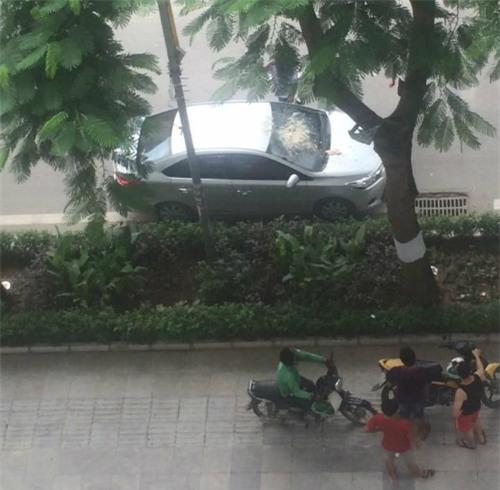 Đỗ xe dưới sân chung cư, tài xế nhận được món quà bất ngờ từ trên trời rơi xuống - Ảnh 1.