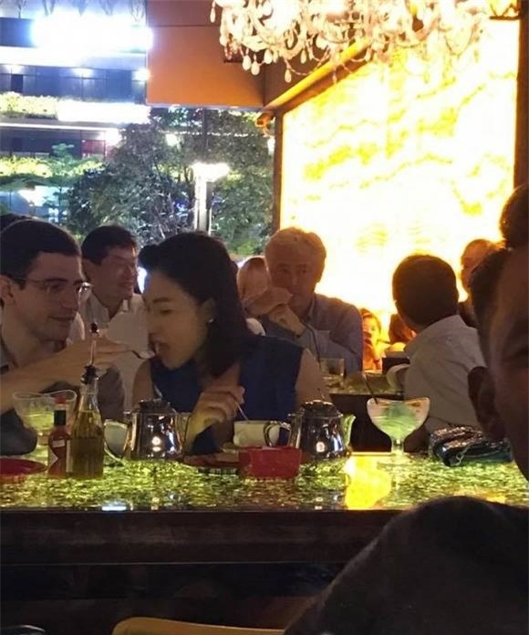 Hình ảnh Hoàng Oanh đi ăn tối rất thân mật với bạn trai Tây lạ mặt được khán giả chụp lại. - Tin sao Viet - Tin tuc sao Viet - Scandal sao Viet - Tin tuc cua Sao - Tin cua Sao