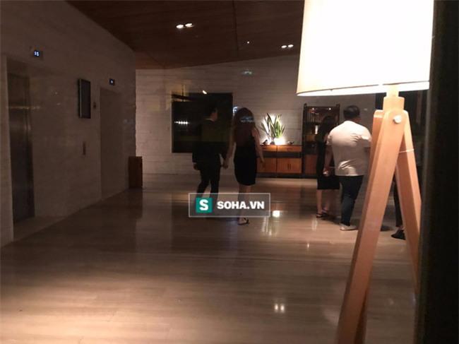 Video Hà Hồ nắm tay Kim Lý cùng về nhà, chính thức công khai quan hệ yêu đương - Ảnh 4.