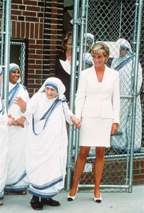 Phút lâm chung, Công nương Diana đã nắm chặt trong tay 2 vật này, khi được công bố đã khiến cả thế giới xót xa - Ảnh 2.