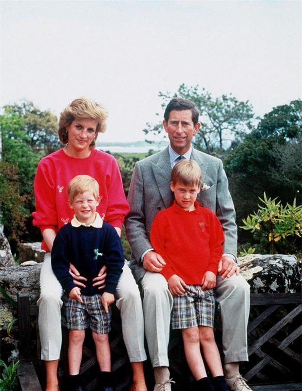 Phút lâm chung, Công nương Diana đã nắm chặt trong tay 2 vật này, khi được công bố đã khiến cả thế giới xót xa - Ảnh 3.