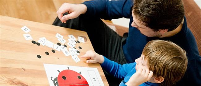 Bé sẽ làm toán lớp 1 thành thạo nếu bố mẹ biết và dạy cho con những cách hay ho này - Ảnh 1.