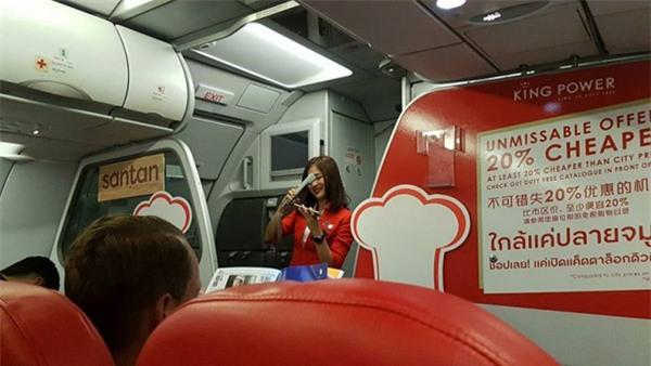 Nữ tiếp viên xinh đẹp người Thái hát trên máy bay gây bão Facebook-2