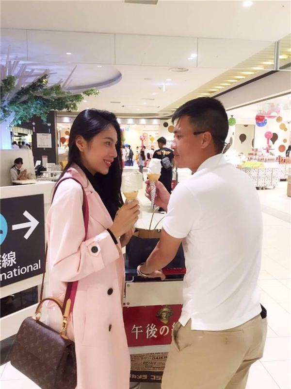 Vợ chồng Công Vinh và Thủy Tiêntình tứ ăn kem cùng nhau. - Tin sao Viet - Tin tuc sao Viet - Scandal sao Viet - Tin tuc cua Sao - Tin cua Sao