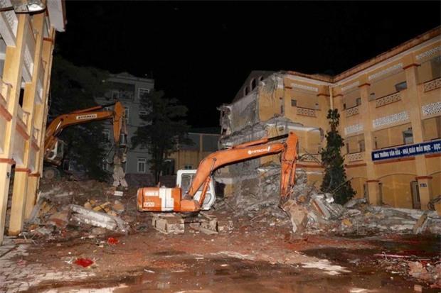 Hà Nội: Sập tường trường Tiểu học Đồng Tâm vào nhà dân, nhiều người may mắn thoát nạn - Ảnh 1.