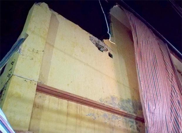 Hà Nội: Sập tường trường Tiểu học Đồng Tâm vào nhà dân, nhiều người may mắn thoát nạn - Ảnh 2.