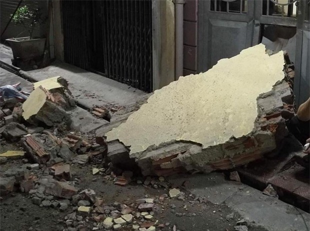 Hà Nội: Sập tường trường Tiểu học Đồng Tâm vào nhà dân, nhiều người may mắn thoát nạn - Ảnh 3.