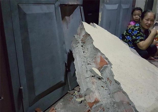 Hà Nội: Sập tường trường Tiểu học Đồng Tâm vào nhà dân, nhiều người may mắn thoát nạn - Ảnh 4.