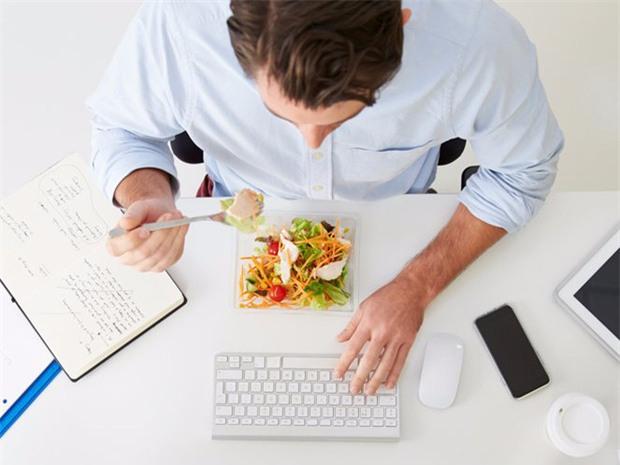 Nếu bạn có thói quen này khi ăn thì nên bỏ ngay để sức khỏe không bị gây hại nghiêm trọng - Ảnh 1.