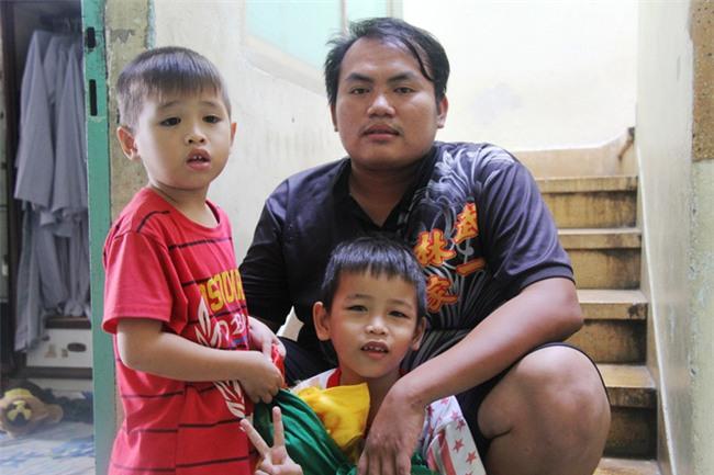 Hai bé trai 4 và 5 tuổi nghi bị mẹ bỏ rơi dưới chân cầu: Nửa đêm tỉnh giấc khóc đòi mẹ - Ảnh 4.