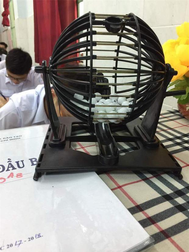 Lớp học thót tim nhất Sài Gòn: Quay xổ số để gọi học sinh kiểm tra miệng - Ảnh 1.