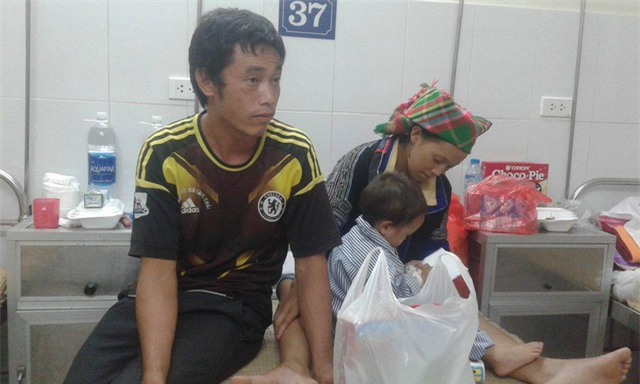 Nhói lòng hình ảnh cậu bé 3 tuổi người Mông vừa bị lũ cuốn mất nhà lại có nguy cơ mù mắt - Ảnh 1.