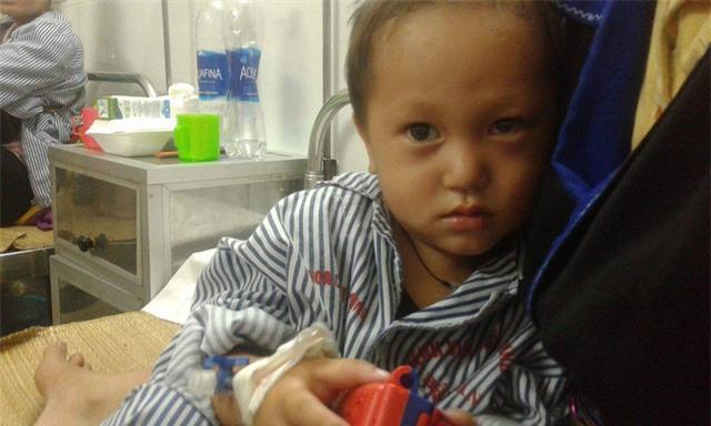 Nhói lòng hình ảnh cậu bé 3 tuổi người Mông vừa bị lũ cuốn mất nhà lại có nguy cơ mù mắt - Ảnh 3.