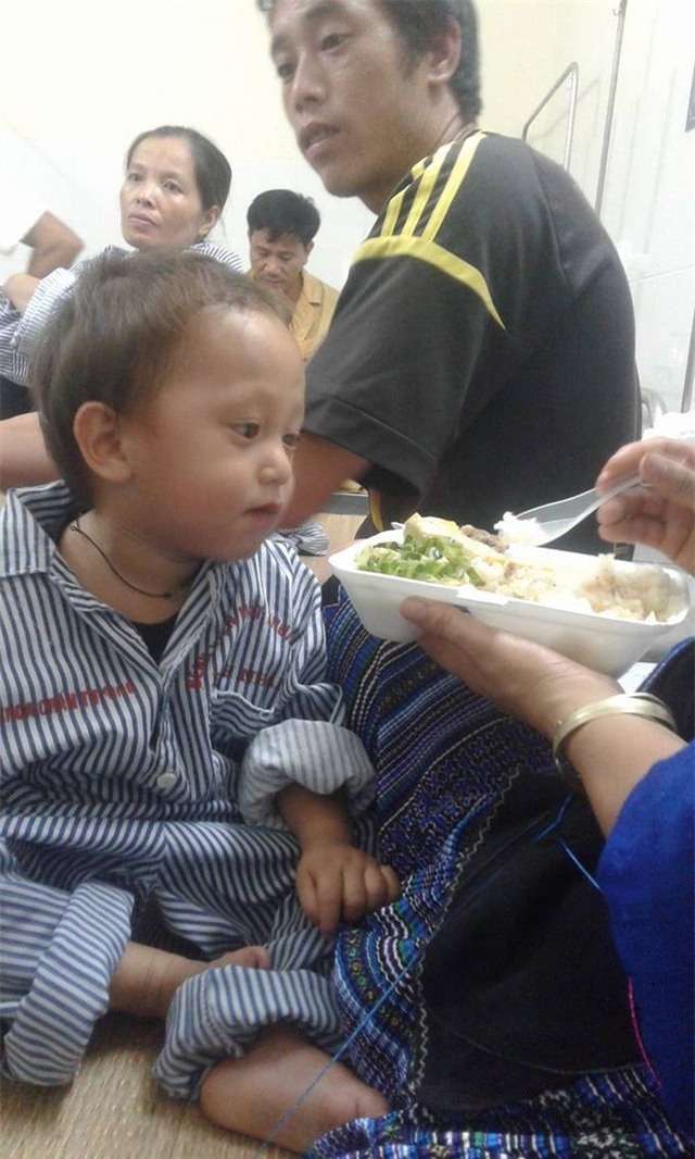 Nhói lòng hình ảnh cậu bé 3 tuổi người Mông vừa bị lũ cuốn mất nhà lại có nguy cơ mù mắt - Ảnh 4.