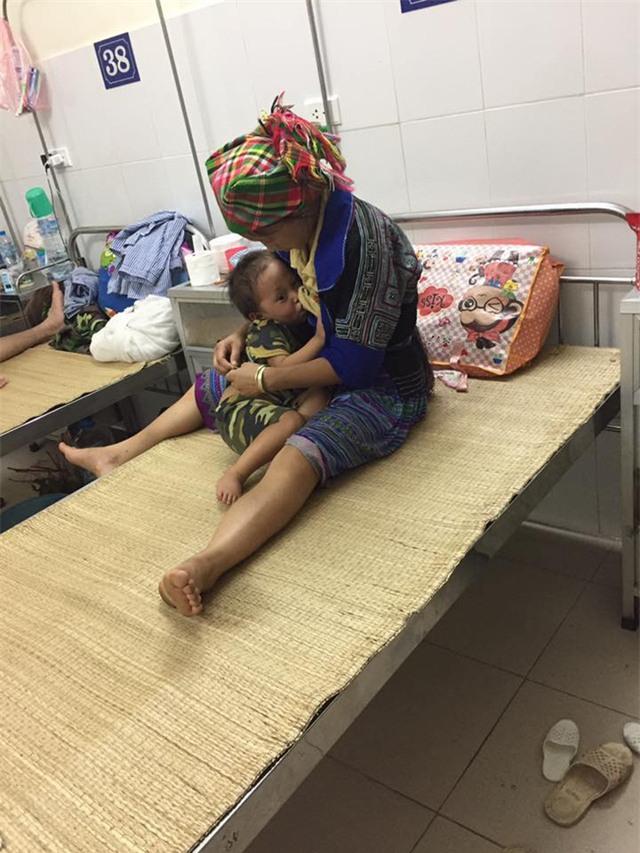 Nhói lòng hình ảnh cậu bé 3 tuổi người Mông vừa bị lũ cuốn mất nhà lại có nguy cơ mù mắt - Ảnh 5.