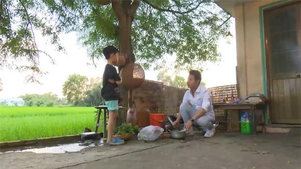 Bố ơi: Bị bố mắng té tát, con trai MC Hồng Phúc xị mặt, định bỏ đi thật xa - Ảnh 2.