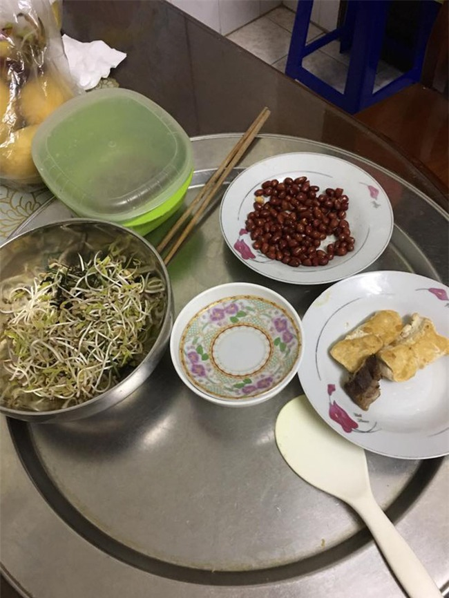 Đóng tiền ăn nghiêm túc mà mẹ chồng nấu cơm 3 món lèo tèo lạc đậu, con dâu chụp ảnh bêu ngay lên Facebook - Ảnh 1.