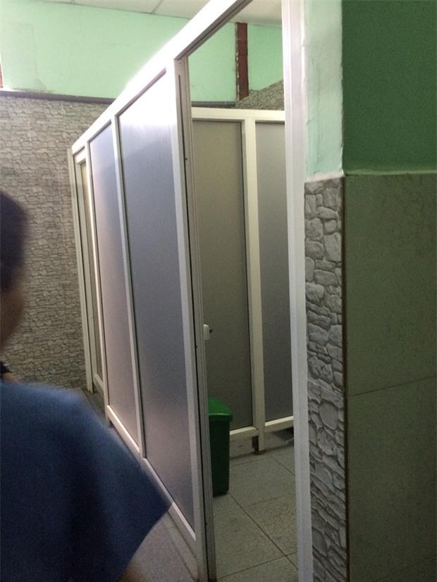 Đẻ trong nhà vệ sinh bệnh viện, người phụ nữ bỏ con vào thùng rác - Ảnh 1.