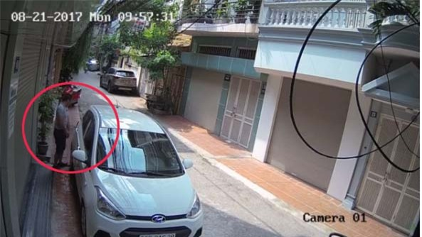Sáng kiểm tra camera an ninh, chủ nhà đỏ mặt vì hành động của tài xế ô tô - Ảnh 1.