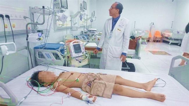 Bị bạn đẩy đập người vào tường, bé trai 8 tuổi suýt chết vì sốc tim - Ảnh 1.
