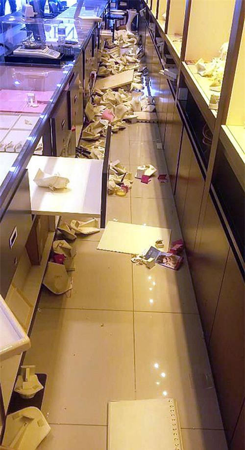 Đục tường để đột nhập vào cửa hàng trang sức, nhóm trộm khoắng sạch kim cương và vàng trị giá 52 tỷ đồng - Ảnh 5.